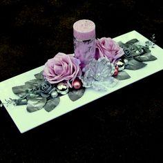 Vánoční+svícen+s+pudrovými+růžemi+Luxusní+svícens+pudrovou+ojíněnousvíčkou,+dozdobenou+organzovou+stuhou+se+stříbrným+vzorem+a+okrajem,+pudrovými+růžemi+a+stříbrnými+minirůžičkami,+stříbrnýmikouličkami+a+bobulkami+nabílé+lesklé+plastové+miscena+slavnostní+stůl,+na+okno,+polici+nebo+na+komodu.+Rozzáří+každý+interiér.+Celkové+rozměry+svícnu:+cca... Ikebana, Diy And Crafts, Christmas Decorations, Candles, Wedding, Candle Arrangements, Funeral Flower Arrangements, Centerpieces, Creativity