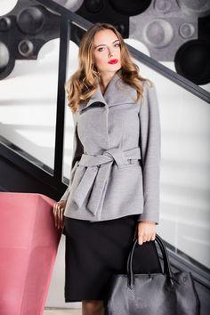 Must have w jesiennej szafie każdej kobiety. Klasyczny, szary płaszczyk z wiązaniem w talii nada Twojej stylizacji elegancji.