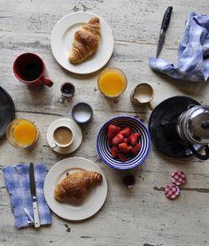 Voici un petit-déjeuner (breakfast) à la française: du café, des croissants, du jus d'orange, des fruits, du lait et de la confi...