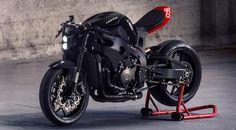 さて問題。for Ride読者諸兄には、このカフェレーサースタイルのバイク、ベースマシンは一体何に見えるだろうか? 答えは「CBR1000RR」。ホンダがMOTO GPマシン、RC213Vで培ったテクノロジーを盛り込んだスーパースポーツモデルだ。 フルカウリングのモデルをカスタマイズしてカフェレーサーに。しかも、デザインもかなりカッコイイ。でもって、驚くなかれ! このスタイルはワンオフの特注カスタムではなく、キットを装着すれば簡単に手に入るのだ。 アメリカはサンフランシスコのHuge Moto社が製作した「カスタムモーターサイクルキット」がそれで、このキットはCBRの外装をキットとチェンジするだけでOK。装着には、特殊工具や溶接などは一切不要で、一般的な工具さえあればDIYで自分でもカスタムが可能なのだ。 縦2灯LEDヘッドライト採用 特徴的なフェイスを生むのに貢献しているヘッドライトは、縦2灯のLEDバルブを採用。シンプルなフロント周りを実現するため、フロントウインカーはブレーキとクラッチのレバーにマウントされている。 後端に向かってそそり立つシングルシートも...