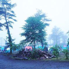 【monchan1211】さんのInstagramをピンしています。 《KRF2日目 今日はお手伝い この奥にステージがあるんやけど 霧がすごすぎて 見えない素敵さ  #KRF#ケセンロック#kesenrockfestival #夏#フェス#岩手#大船渡#summer#Rock #music#音楽#自然#camping#Camp#Green #happy#life#最高#slow#photo#Nikon #霧#雨#rainy#forest#森#山頂#最高に幸せ》