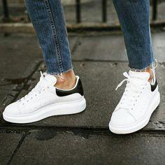 Alexander McQueen White/black Размер: от 36 до 40 Мастера марки основанной Александром Маккуином изготовили модель из гладкой матовой кожи. На боковых панелях небольшая перфорация. Широкая выступающая подошва выполнена из легкой гибкой резины поэтому нога в такой обуви меньше устает. #top_goods_#top #topshop #tops #alexandrmcqueen#mcqueen#star#newcollection#newme