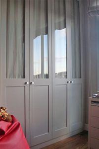 Armario empotrado gris de cuatro puertas con cristal y visillo