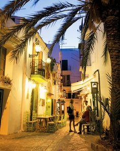 Terracitas en una callejuela de Dalt Vila.