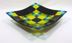 Zwart, blauwe en gele 11 bowl.  Functioneel kan worden gebruikt als een fruitschaal of een schaal of kan worden weergegeven als een middelpunt. Voedsel veilig, handwas alleen. Gebruik geen in een magnetron, oven en afwasmachine.  Afmetingen: 11 x 11 inch (29 x 29 cm) Diepte: 2.55 inch (6,5 cm) Gewicht: ~ 3 pond (1,3 kg)