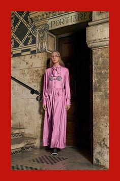 Guarda la sfilata di moda Gucci a Milano e scopri la collezione di abiti e accessori per la stagione Pre-Collezioni Autunno-Inverno 2018-19.
