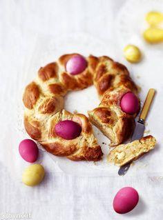 Kreikkalainen pääsiäisleipä eli tsoureki | Kotivinkki Doughnut, Easter, Bread, Baking, Desserts, Food, Tailgate Desserts, Deserts, Easter Activities