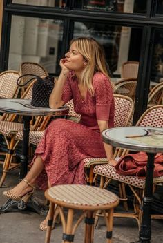 10 absolutely chic ways to dress like a Parisienne - They say French women are t. 10 absolutely chic ways to dress like a Parisienne - They say French women are the chicest women on earth, so why not dress like them! Dress Like A Parisian, Parisian Style, Parisian Chic Fashion, Bohemian Fashion, Looks Street Style, Looks Style, French Women Style, French Girls, French Chic Style