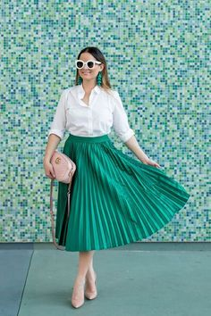 21 Cool Outfits With Green Pleated Skirts Green Skirt Outfits, Green Pleated Skirt, Pleated Skirt Outfit, Dressy Outfits, Dress Skirt, Pleated Skirts, Stretch Denim Skirt, Chicago Fashion, Colorful Fashion