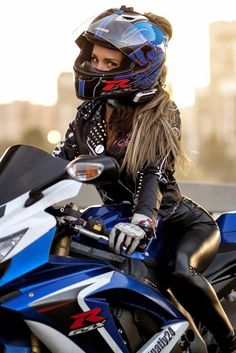 Female Motorcycle Riders, Womens Motorcycle Helmets, Motorbike Girl, Lady Biker, Biker Girl, Girl Motorcyclist, Biker Photography, Harley Davidson, Bike Style