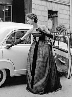 Christian Dior - Modèle Portant une Robe du Soir - Plumetis Noir - 1951