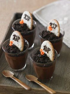 Pouding au chocolat Halloween - rezepte - gateaux et desserts Chocolat Halloween, Plat Halloween, Halloween Chocolate, Halloween Food For Party, Halloween Candy, Happy Halloween, Halloween Graveyard, Chocolate Mouse, Halloween Clothes