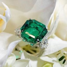 Stunning emerald and diamond ring