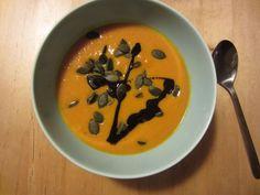 Kürbissuppe gibt es ja im Herbst bei uns, naja, nicht dauernd, aber öfter mal. In 100 Varianten… mit Kokosmilch, mit Sahne, pur, mit Kartoffeln oder Möhren, etwas dicker oder was dünner, mit Stückchen oder ohne, mit Garnelen, Speck, Tofu, Käse, … Heute hatte ich aber mal Lust auf einen Hauch von indischem Curry! Es gibt nun kein genaues Rezept, sondern eher eine Anregung zum Freestyle! Die Mengen sind Variabel nach Gusto zu ändern! Was drin ist: Hokkaido Kürbis und Möhren, je etwa 50-50 ...