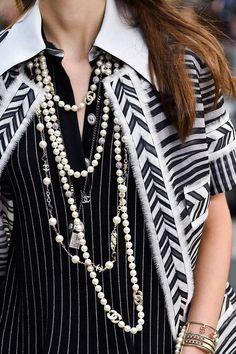 Un'esplosione di colore si mostra dinamica, per la donna frizzante e determinata di Chanel, tra bianco candido e accessori oro, a stivali colorati.http://www.sfilate.it/234297/pfw-chanel-donna-classica-dai-toni-arcobaleno