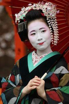 April 2016: first-year Maiko Koeri wearing s lively Sakura kanzashi. Source: @maru69on on Twitter