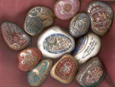 Rovásírás festett és írt kavicsok  Budaházy Éva
