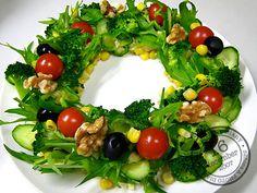 リースサラダ Christmas Party Food, Xmas Food, Christmas Treats, Raw Food Recipes, Appetizer Recipes, Salad Presentation, Fancy Salads, Gourmet Salad, Food Carving