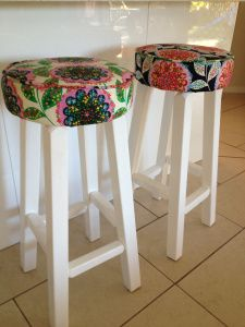Ok guys – we do have the finished product of the Great Bar Stool Upcycle. Actually I finished them a few weeks ago, but crazy times – took me this long to post the final in the series! Retro Furniture Makeover, Funky Furniture, Bar Furniture, Recycled Furniture, Painted Bar Stools, Diy Bar Stools, Diy Stool, Bar Stool Makeover, Bar Stool Covers
