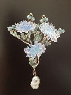 Chrysanthemum Pendant Gold, enamel, glass, Diamond, baroque Pearl René Lalique 1900 Visit our Archive > >