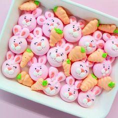 Easter meringue bites in the shape of bunny faces and carrots. Meringue Pavlova, Meringue Desserts, Meringue Cookies, Cute Desserts, Cake Cookies, Sugar Cookies, Easter Cookies, Easter Treats, Easter Cake