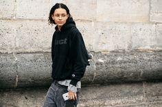 フェミニン&カジュアルもパリのストリートがお手本! 最旬スナップを厳選。|コレクション(ファッションショー)|VOGUE JAPAN