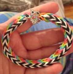 DOUBLE CROSS FISHTAIL with Charm. Loomed by Kimbra Williams. (Rainbow Loom FB page). Click photo for YouTube tutorial by jordantine1.