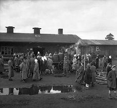 Soldats britanniques supervisent la distribution de vivres aux anciens détenus de Bergen-Belsen Camp de Concentration, Allemagne, 21 avril 1945 British soldiers supervise the distribution of food to former inmates of Bergen-Belsen Concentration Camp, Germany, April 21, 1945