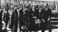 الیزابت دوم و همسرش شاهزاده فیلیپ پس از چند روز که وارد ایران شدند همراه با شاه و شهبانوی ایران به صورت جمعی به اصفهان سفر کردند.