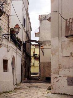 """In passato Via Pizzoli era chiamata """"Via del Forno Grande"""" o anche """"Strada del ponte"""". Scoprite perché cliccando qui: http://www.lestraderaccontano.it/capurso-hidden/202-via-nicola-pizzoli"""
