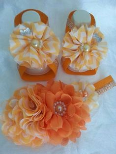 Lazo y pies descalzos                                                                                                                                                                                 Más Baby Sandals, Bare Foot Sandals, Diy Fashion Accessories, Cute Baby Gifts, Baby Girl Bedding, Baby Slippers, Chic Baby, Making Hair Bows, Girl Hair Bows