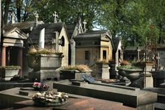 Pere Lachaise in Paris, France. It houses a veritable who's who of the famous dead including Oscar Wilde, Jim Morrison and Marcel Marceau. It's said Holocost victims walk the cemetery at night searching for a final place to rest Haunted Places In California, Most Haunted Places, California Homes, Haunted Houses In Georgia, Real Haunted Houses, Haunted Graveyard, Paranormal Experience, Pere Lachaise Cemetery, Ghost Stories