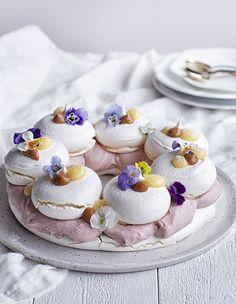 Lemon and coconut cake - HQ Recipes Mini Pavlova, Pavlova Cake, Köstliche Desserts, Delicious Desserts, Dessert Recipes, Lemon Recipes, Sweet Recipes, Lemon And Coconut Cake, Chocolate Hazelnut Cake