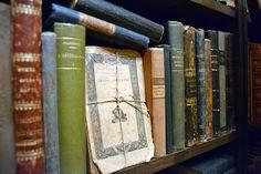 麻紐でまとめられたフランス装のペーパーバックがおしゃれ|デコラティブブックス専門洋書通販 Gossa Books Wall Shelves, Shelf, Wall Decor, Books, Room Wall Decor, Livros, Shelves, Wall Storage Shelves, Book