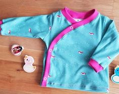 This color combo is everything Adorable top sewn by tuerkisundhimbeer using print Tiny Steps in Blue from collection Whistle birchfabrics organiccotton tinysteps blue whistle jennyronen organicbabyclothes childrensapparel sewing