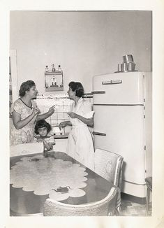 old times - retro kitchen Vintage Pictures, Old Pictures, Old Photos, Antique Photos, Vintage Housewife, The Good Old Days, Vintage Ads, Vintage Soul, Vintage Photographs