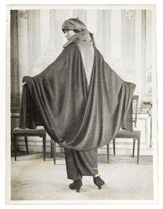 Modèle Chocolat : modèle de dos en robe-cape et turban, maison Paul Poiret 1923
