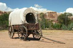 Wagon couvert debout dans le sable avec des formations rocheuses en arri re plan Real Wild West sc n Banque d'images