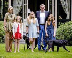 Hier, la famille royale a posé pour leur traditionnel photoshoot d'été dans leur résidence de Wassenaar.   Petits problèmes de santé pour l...