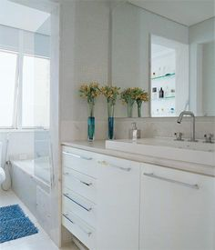 Banheiros: a aposta no branco amplia os ambientes e traz luminosidade - Casa