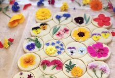 The Californian chef and baker Lori Stern makes amazing cookies with edible flowers: violets, chrysanthemums, dahlias, daisies, geraniums, primroses, aster, roses...