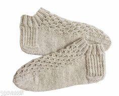 Neulotut sukkaset - tässä vielä mallipiirroksella ja selityksillä täydennetty ohje. Knitted Slippers, Slipper Socks, Crochet Slippers, Knit Crochet, Knitting Charts, Baby Knitting Patterns, Knitting Socks, Gudrun, Wrist Warmers