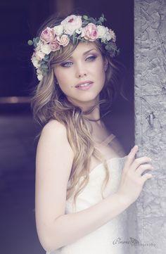 Maxi corona de flores en blanco, rosa y verde, con hortensia natural, rosas y…
