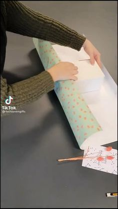 Creative Gift Wrapping, Creative Gifts, Easy Gift Wrapping Ideas, Wrapping Gifts, Diy Crafts Hacks, Diy Crafts For Gifts, Diy Gift Box, Gift Wrap Diy, Gift Wrapping Techniques