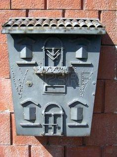 viejos buzones de correo de fabricaci�n casera en una pared de ladrillo photo