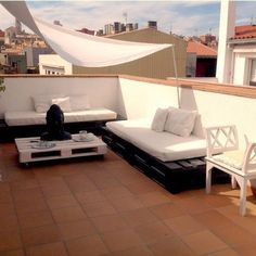 Terraza minimalista chill out con palet Rooftop Terrace Design, Porch And Terrace, Small Balcony Garden, Rooftop Patio, Patio Bar, Daybed Outdoor, Outdoor Decor, Terrazas Chill Out, Pallet Furniture