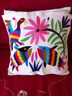 Cojín de Lilly con bordados mexicanos