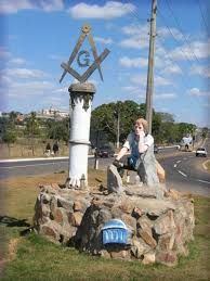 Resultado de imagem para simbolo maçonaria entrada cidade