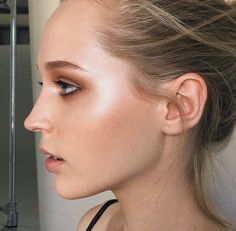 Love this bronzy look! Use a multi-stick like Solar from Vapour Organic Beauty and use it on cheeks and eyes for an easy simple makeup look! Perfect for summer late afternoons and evening