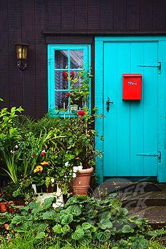 turquoise door + dark home exterior + red mailbox + lots of greenery Dark House, My House, Red Mailbox, Turquoise Door, Aqua Door, Front Door Colors, Front Doors, Cool Doors, Door Knockers